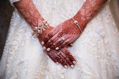 Le henné remet le cloe vers le haut de la jeune mariée d'Indien d'anf Photos libres de droits