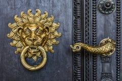 Le heurtoir et la poignée de porte de cathédrale photographie stock libre de droits