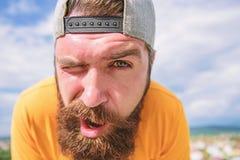 Le hippie avec des taches de rousseur font face ?troitement  Homme avec la barbe le jour ensoleill? Soins de la peau et bronzage  photos stock
