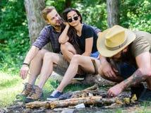 Le hippie barbu brutal d'homme prépare le feu du guide final de forêt des feux Comment feu de construction dehors camper images stock