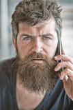 Le hippie barbu communiquent l'appel de smartphone Transmission mobile t?l?phone noir de r?cepteur de concept de transmission Hom images libres de droits