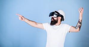 Le hippie dans le casque travaille comme ingénieur dans la réalité virtuelle concept de la construction 3d Architecte ou ingénieu Images stock
