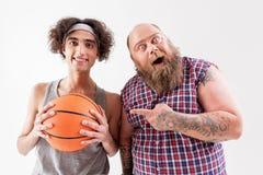 Le hippie masculin épais gai est amical au type faible image stock