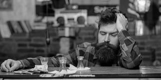 Le hippie tombent boisson alcoolisée proche endormie, cocktail court photos stock
