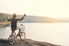 Le hippie un homme avec la bicyclette en nature détendent le temps Photo libre de droits