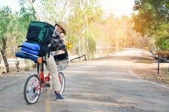 Le hippie un homme avec la bicyclette en nature détendent le temps en vacances Photos stock