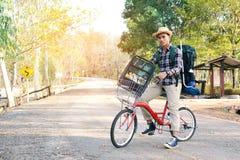 Le hippie un homme avec la bicyclette en nature détendent le temps en vacances Photo stock