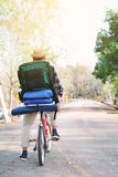 Le hippie un homme avec la bicyclette en nature détendent le temps en vacances Photo libre de droits