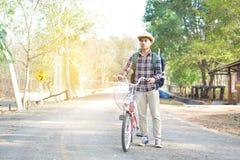 Le hippie un homme avec la bicyclette en nature détendent le temps en vacances Image libre de droits