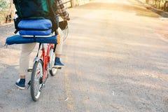 Le hippie un homme avec la bicyclette en nature détendent le temps en vacances Photographie stock libre de droits