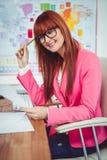 Le hipsteraffärskvinnan på hennes skrivbord Arkivbilder