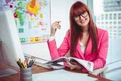 Le hipsteraffärskvinnan på hennes skrivbord Arkivfoton