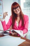 Le hipsteraffärskvinnan på hennes skrivbord Fotografering för Bildbyråer