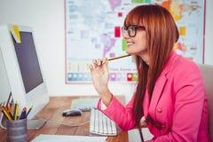 Le hipsteraffärskvinnan på hennes skrivbord Arkivbild