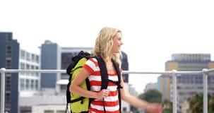 Le hipsteren med ryggsäcken som besöker en stad arkivfilmer