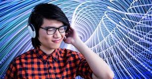 Le hipsteren som lyssnar till musik på hörlurar Arkivfoton