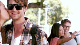 Le hipsterpar som tar selfies och kyssa stock video