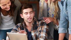 Le hipstervänner som diskuterar över en minnestavla lager videofilmer