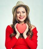 Le hjärta för håll för röd tröja för kvinna bärande röd Arkivbilder