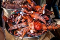 Le homard congelé griffe dans le seau en métal au restaurant Photographie stock libre de droits