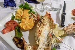 Le homard délicieux mangé et un voisin garnissent des légumes Photos libres de droits