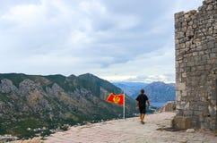 le Homme-touriste va sur le secteur au sommet des ruines d'abo antique de forteresse Photos stock