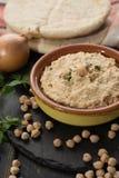 Le houmous, les repas quotidiens en Israël a fait à partir des pois chiches et de l'ingredi images stock
