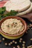 Le houmous, les repas quotidiens en Israël a fait à partir des pois chiches et de l'ingredi photo libre de droits