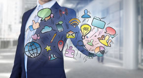 Le icone commoventi di multimedia dell'uomo d'affari su una tecnologia collegano Fotografia Stock
