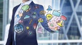 Le icone commoventi di multimedia dell'uomo d'affari su una tecnologia collegano Fotografie Stock