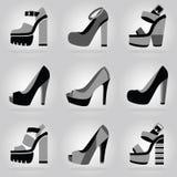 Le icone delle scarpe del tacco alto della piattaforma delle donne hanno messo sul fondo grigio di pendenza royalty illustrazione gratis