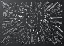 Le icone disegnate a mano della freccia hanno messo sul bordo di gesso nero illustrazione di stock