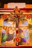 Le icone e l'incrocio ortodossi hanno preparato per cerimonia di nozze Immagine Stock