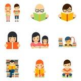 Le icone hanno messo del libro di lettura della gente nello stile piano royalty illustrazione gratis