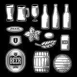 Le icone piane della birra hanno messo - la bottiglia, il vetro, il barilotto, pinta Illustrazione d'annata in bianco e nero per  Immagine Stock