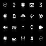 Le icone relative al tempo con riflettono su fondo nero Fotografia Stock