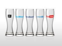 Le icone sociali di media svuotano i vetri con fondo bianco Fotografia Stock Libera da Diritti