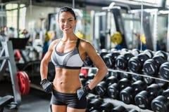 Le idrottskvinnan i idrottshall fotografering för bildbyråer
