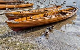 Le imbarcazioni a remi sulla riva di Derwent innaffiano, Keswick Immagini Stock Libere da Diritti