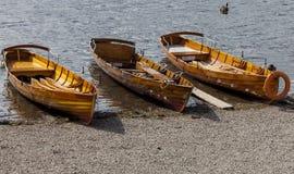 Le imbarcazioni a remi sulla riva di Derwent innaffiano, Keswick Fotografia Stock Libera da Diritti