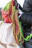 Le imbracature del paracadute dentro equipaggia le mani dopo l'atterraggio fotografia stock