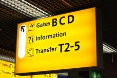 Le informazioni firmano dentro l'aeroporto Immagini Stock Libere da Diritti