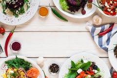 Le insalate della verdura fresca incorniciano lo spazio libero posto piano Fotografia Stock