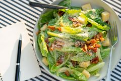 Le insalate sono disposte sulla tavola con un taccuino e una penna A rec immagine stock libera da diritti