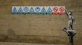 Le insegne d'avvertimento sulla parete immagine stock libera da diritti