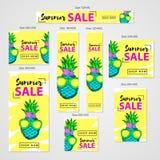 Le insegne di web di vendita dell'estate hanno messo, ananas disegnato a mano variopinto con Immagini Stock