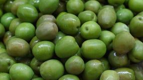 Le intere olive verdi si chiudono su fondo Fotografia Stock Libera da Diritti