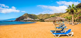 Le Isole Canarie, Tenerife Spiaggia Las Teresitas con giallo sabbia Fotografia Stock Libera da Diritti