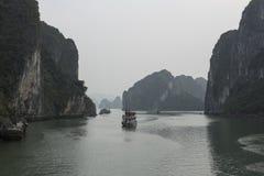 Le isole di galleggiamento in Halong abbaiano nell'inverno, Vietnam Fotografia Stock