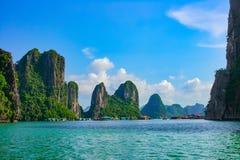 Le isole vicine di galleggiamento della roccia del villaggio in Halong abbaiano Immagine Stock